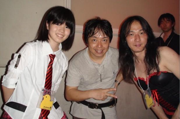手数姫 川口千里 凄いドラマー(画像の左)