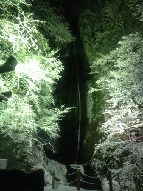 絹掛けの滝 幻想的な雪化粧(新見市)