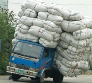 トラックに荷物がたくさん