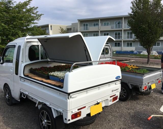 トラボ車が地域活動の花植えで活躍しました!